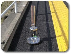 透水性アスファルト舗装の現場透水試験の写真